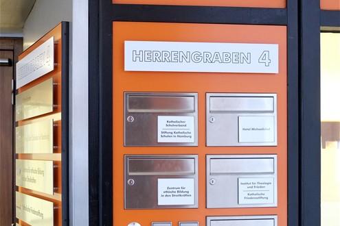 Katholische Akademie Wegeleitsysteme, Parkleitsysteme Profilbuchstaben Lichtwerbung Schreib+Keppler, Lichtwerbeanlagen, Lichtreklame, Leuchtreklame Außenwerbung Schilder