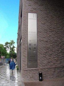Die Eingangsbeschilderung aus geschliffenem Edelstahl