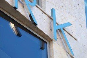 Dieser Schriftzug ist mittels einer hinter der Natursteinfassade liegenden Unterkonstruktions montiert.