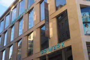 Banner und Buchstaben harmonieren perfekt an der Fassade.