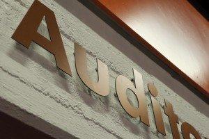 Klar und gut lesbar: bronzenes Aluminium auf Sichtbeton