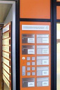 Auch die Klingel- und Briefkastenanlage passt sich dem 70er-Jahre Design an