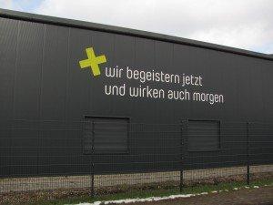 Plakativ genug gemacht, kann Gebäudebeschriftung auch mit einfachen Mitteln sehr effektiv sein