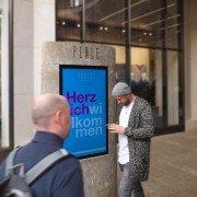 Digital Signage Perle Hamburg Stele Lichtwerbung Schreib+Keppler, Lüneburg, Lichtwerbeanalagen, Lichtreklame, Leuchtreklame Außenwerbung Schilder Wegeleitsystem Naturstein Einkaufscenter