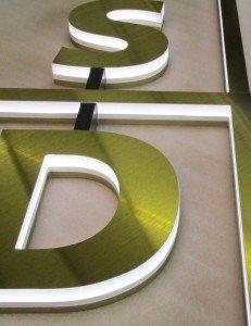 Die Seiten der Buchstaben leuchten weiß (4000 K) und erzielen damit eine gute Tages- und Nachtwirkung